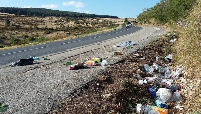 Pétition - Arrêtons de jeter des déchets sur les bords de route